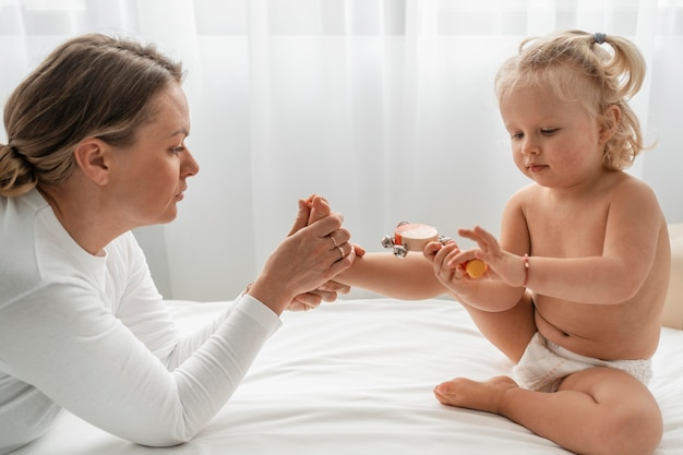 Osteopata leczący małą dziewczynkę