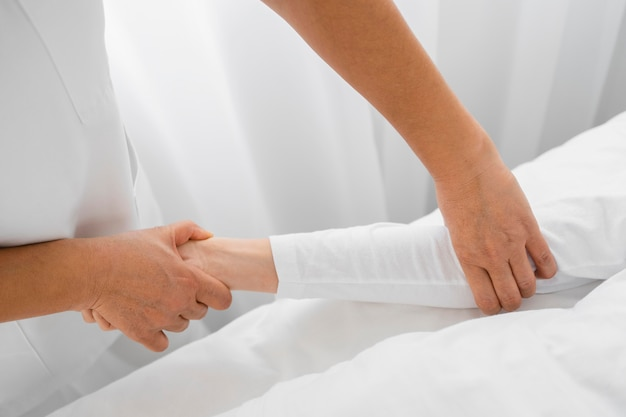 Osteopata wykonujący zbliżenie ramion pacjenta