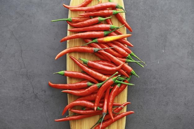 Ostra czerwona papryka. pieprz chilijski na czarnym tle.