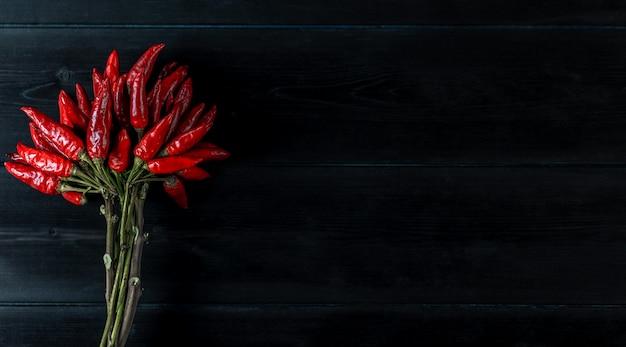 Ostra czerwona papryka w pęczku