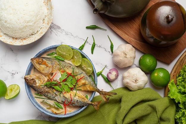 Ostra i pikantna makrela udekorowana tajskimi składnikami żywności