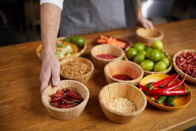 Ostra papryka chili i inne składniki w miskach