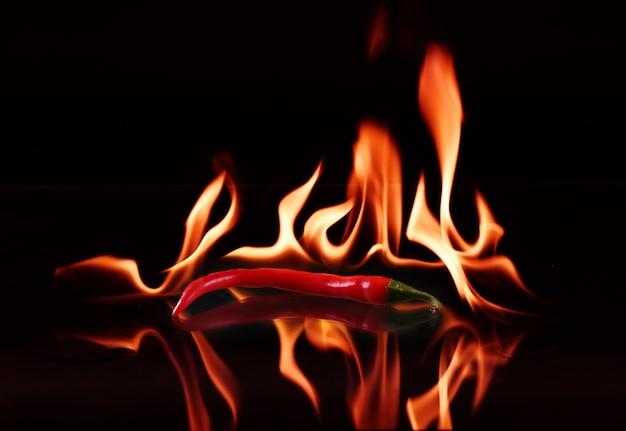 Ostra papryka z płomieniem na czarno