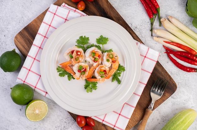Ostra sałatka z krewetkami na białym talerzu. tajskie jedzenie.