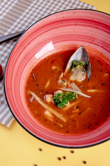 Ostra zupa z ostrygami w środku