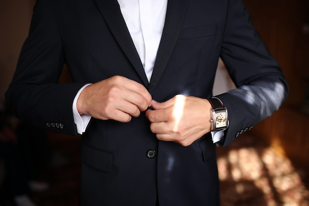Ostro ubrany mężczyzna ubrany w kurtkę i muszkę
