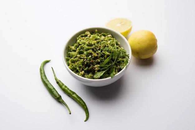Ostry i pikantny chutney z zielonego chilli z dodatkiem hari mirch, kminku, soku z cytryny i kolendry. podawane w misce. selektywne skupienie