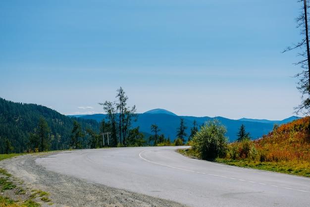 Ostry koszowy raod w górze, krajobrazowy widok, altay