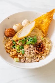 Ostry makaron z kulką rybną i mieloną wieprzowiną (tom yum noodles)