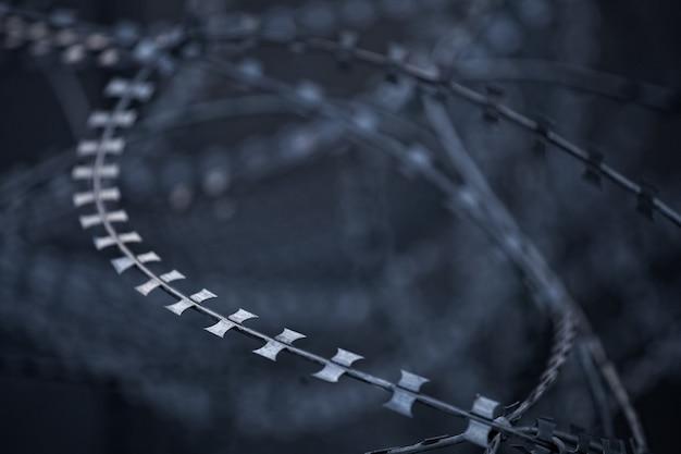 Ostry metalowy drut kolczasty przetworzony w stylu grunge.