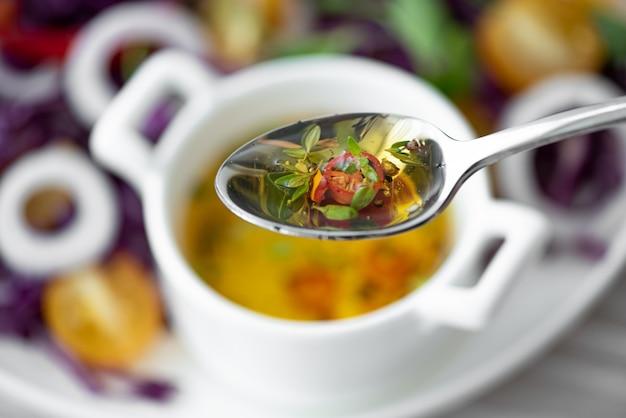Ostry sos sałatkowy z papryką chili