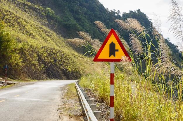 Ostrzegawczy znak drogowy na górskiej drodze, wietnam