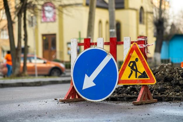 Ostrzegawczy znak uliczny na drogowej pracy miejscu