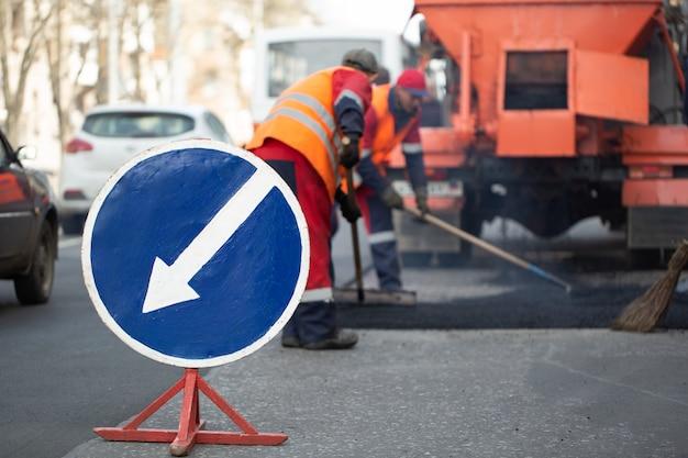 Ostrzegawczy znak uliczny na drogowej pracy miejscu.