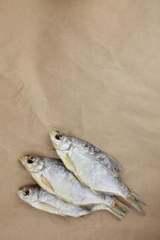 Osusz rybę na papierze rzemieślniczym b