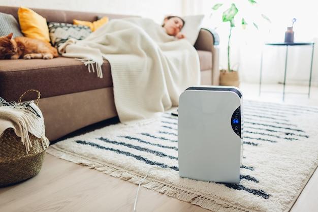 Osuszacz z panelem dotykowym, wskaźnikiem wilgotności, lampą uv, jonizatorem powietrza, pojemnikiem na wodę działa w domu. osuszacz powietrza