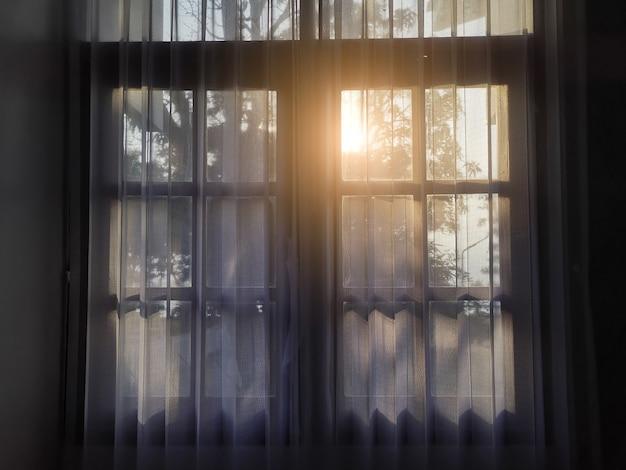 Oświetlenie przez okno. poranne słońce oświetlające pokój, cień nakładki tła.