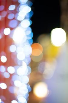 Oświetleniowa choinki plamy ostrość jako bokeh tło