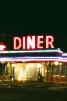 Oświetlona restauracja w mieście nocą?
