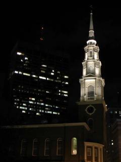 Oświetlona wieża zegarowa