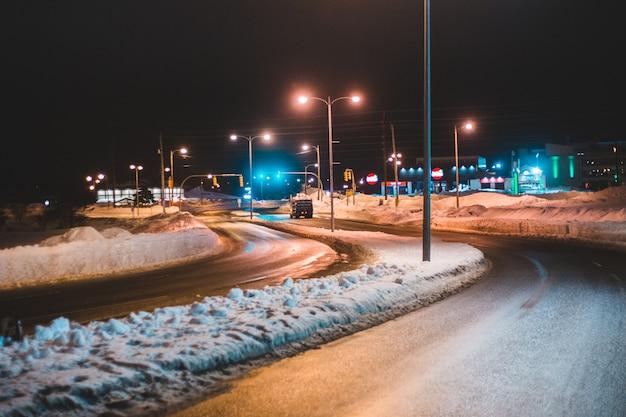 Oświetlone światła uliczne w nocy