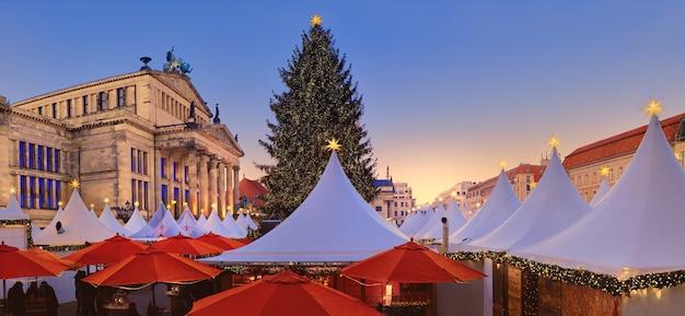 Oświetlony jarmark bożonarodzeniowy gandarmenmarkt w berlinie
