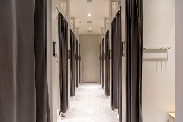 Oświetlony korytarz z zasłoniętymi drzwiami po bokach