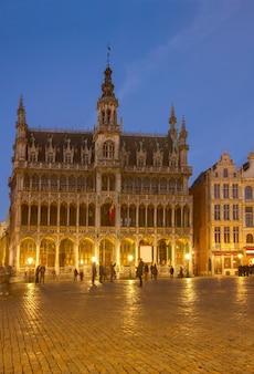 Oświetlony maison du roi nocą, bruksela, belgia