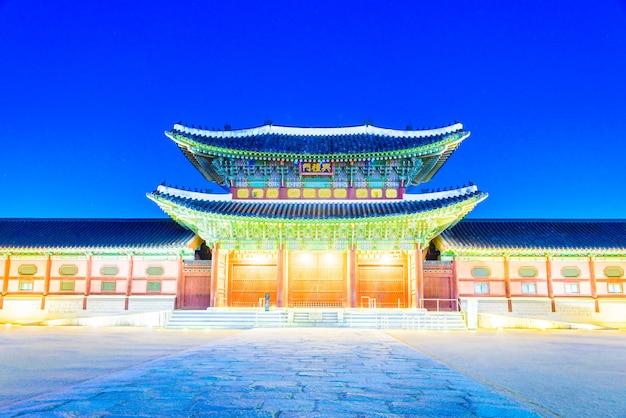 Oświetlony orientalny pałac
