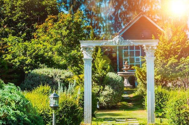 Oszałamiająca brama wejściowa do dekoracji ogrodu publicznego w stylu klasycznym.