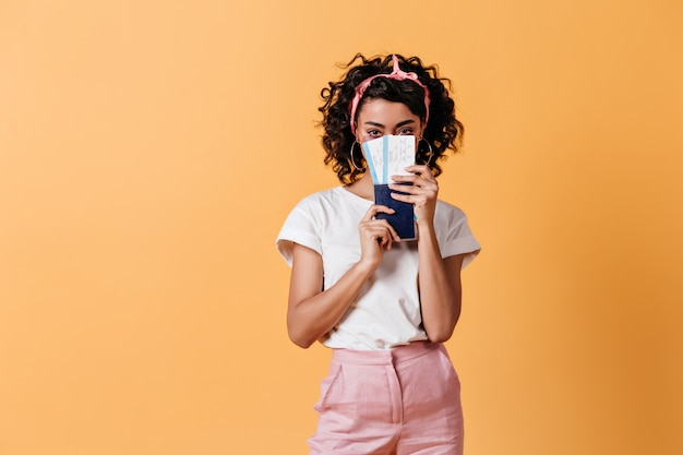 Oszałamiająca kobieta posiadająca paszport i bilety