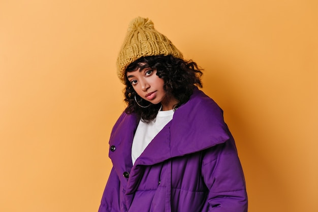 Oszałamiająca młoda kobieta w kapeluszu patrząc z przodu