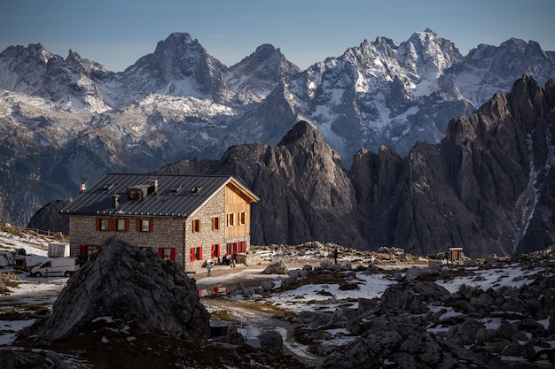 Oszałamiająca sceneria kamienistego rifugio lavaredo w okolicy cadini di misurina