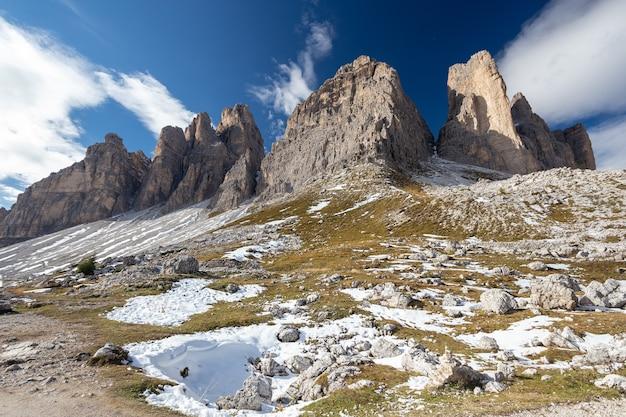 Oszałamiająca sceneria kamienistych i zaśnieżonych szczytów tre cime di lavaredo, dolomity, belluno, włochy