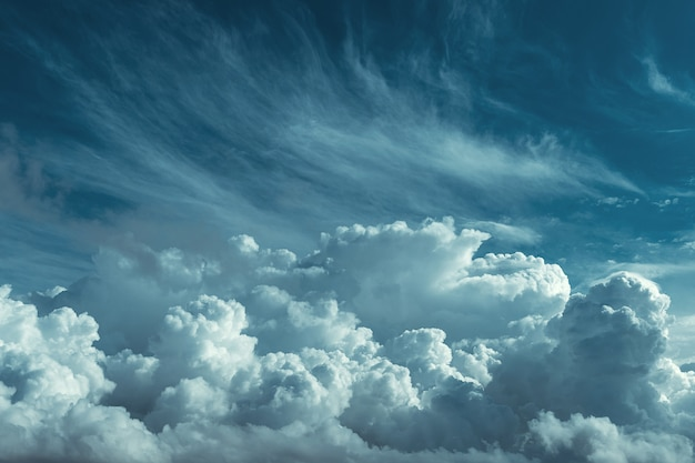 Oszałamiające niebo i duże ciemne chmury w tle