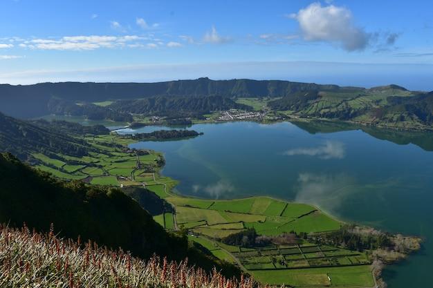 Oszałamiające spojrzenie w dół na niebieskie jezioro sete cidades na azorach.