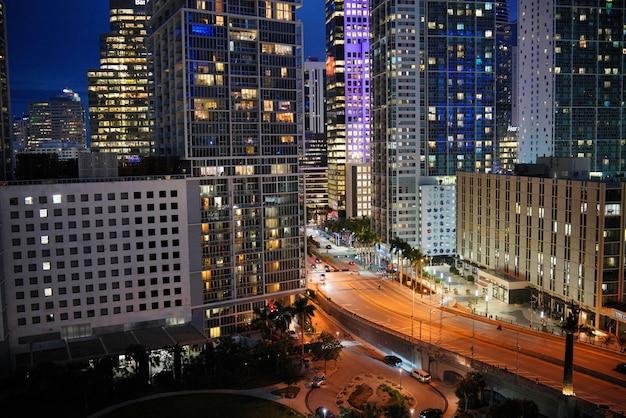 Oszałamiające światła miasta w nocy spadają na nowoczesne budynki w centrum miasta