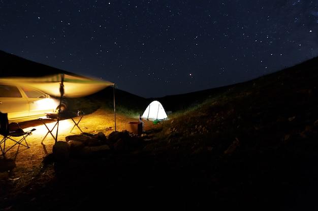 Oszałamiająco piękne nocne niebo z gwiazdami w tle