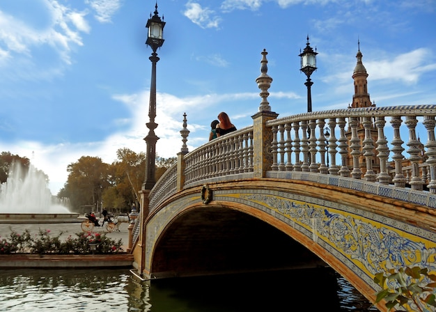 Oszałamiający most i balustrada ozdobione płytkami ceramicznymi, plac plaza de espana w sewilli, hiszpania