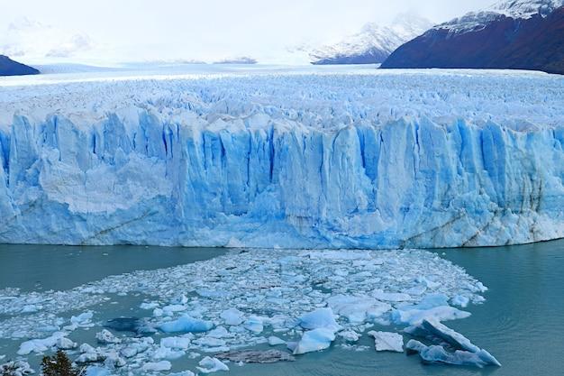 Oszałamiający widok na masywny lodowiec perito moreno na jeziorze argentino, el calafate, argentyna