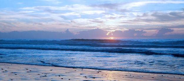 Oszałamiający zachód słońca na słynnej plaży legzira.