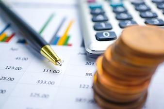 Oszczędzanie sterta ukuwa nazwę pieniądze i kalkulator na mapa wykresu papierze.