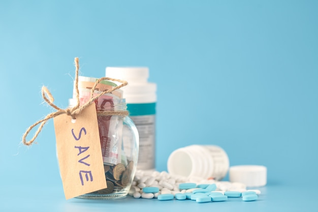 Oszczędność pieniędzy dla medycyny w szklanej butelce