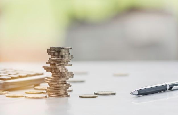 Oszczędność pieniędzy dzięki stosowi monet i kalkulatorowi