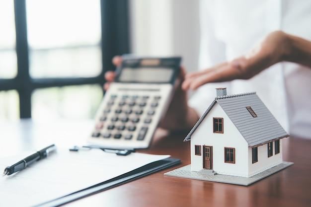 Oszczędność pieniędzy na dom i nieruchomości.