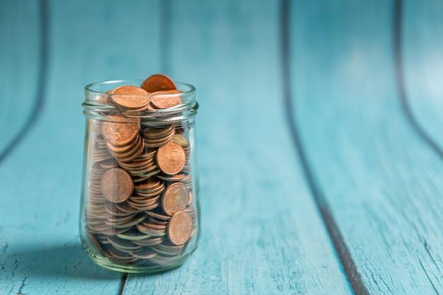 Oszczędność pieniędzy na emeryturę i bankowość konta