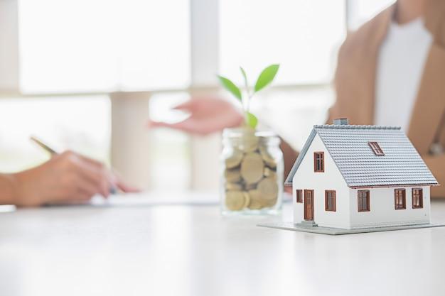 Oszczędność pieniędzy na inwestycje w dom lub nieruchomość w przyszłości. koncepcja finansowania biznesu.
