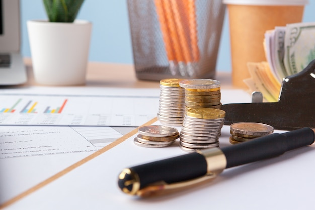Oszczędność stosu monet pieniędzy. wykres, dokument z bliska