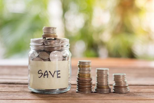 Oszczędności wpłacaj monety w przezroczystej szklanej butelce