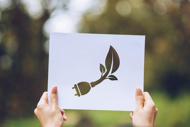 Oszczędzaj światową koncepcję ekologii ochrony środowiska z rękami trzymając wycięty papier pokazano